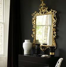 Interior negru cu auriu