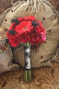 Buchet-din-gerbere-si-trandafiri-rosii-200x300.jpg