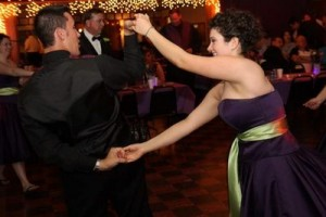 Dansul-dintre-cavalerul-de-onoare-si-domnisoara-de-onoare.jpg