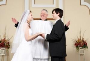 Mire-si-mireasa-in-timp-ce-si-spun-juramintele-de-nunta.jpg