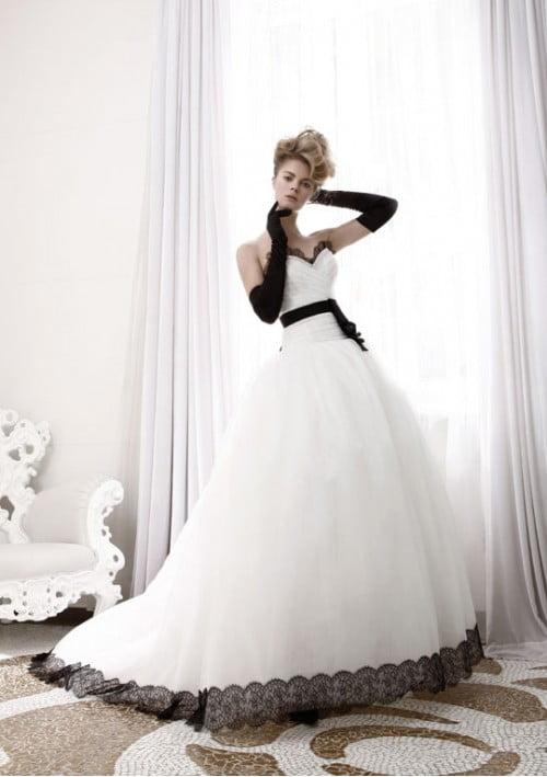 Rochie de mireasa alba cu accente de culoare neagra