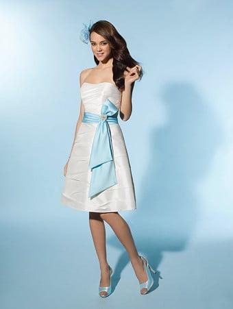 Rochie-de-mireasa-cu-accente-albastre