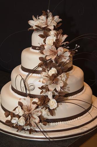 Tort-de-nunta-cu-accente-de-ciocolata