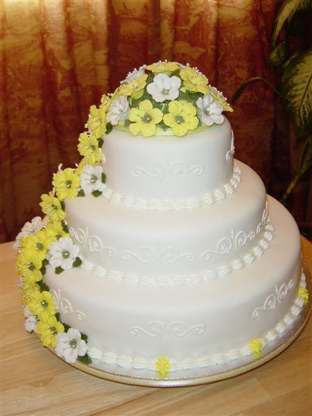 Tort-de-nunta-cu-cascada-din-flori