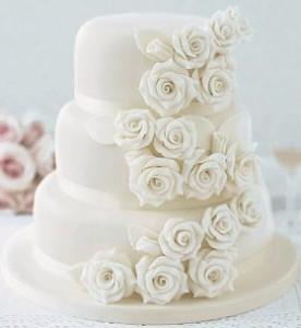 Tort-de-nunta-decorat-cu-cascada-de-flori.jpg