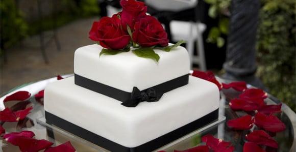 Tort-de-nunta-decorat-cu-trandafiri-rosii