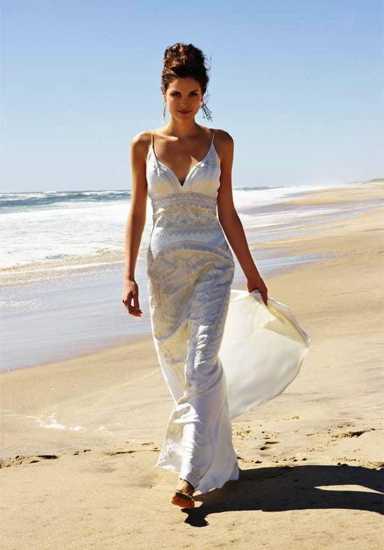 Rochie-lejera-pentru-nunta-pe-plaja