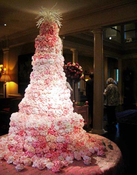 Tort-de-nunta-decorat-cu-trandafiri