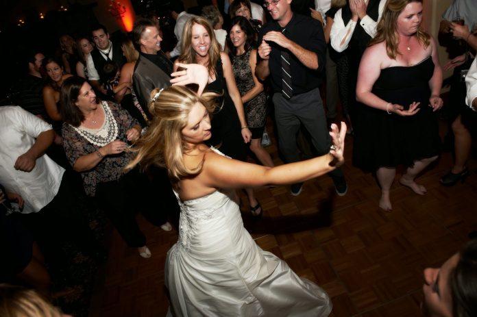 Petrecere la nunta Foto: extremeprodjs.wordpress.com