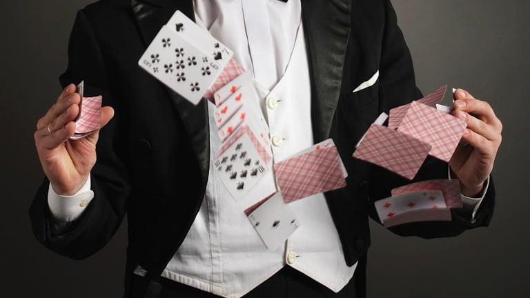 Trucuri magice cu carti Foto: www.howcast.com