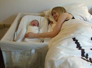 Dormit cu bebe - co-sleeper
