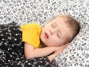Copii care uda patul noaptea