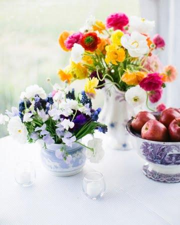 Element central floral in vase de portelan Sursa foto: www.marthastewartweddings.com