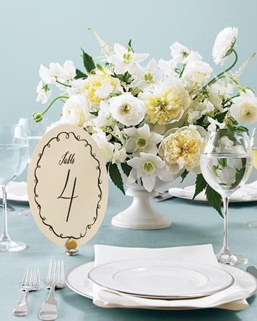 Numerotarea meselor - aranjament floral Sursa foto: www.marthastewartweddings.com