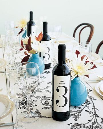 Numerotarea meselor la nunta cu ajutorul sticlelor de vin Sursa foto: www.marthastewartweddings.com