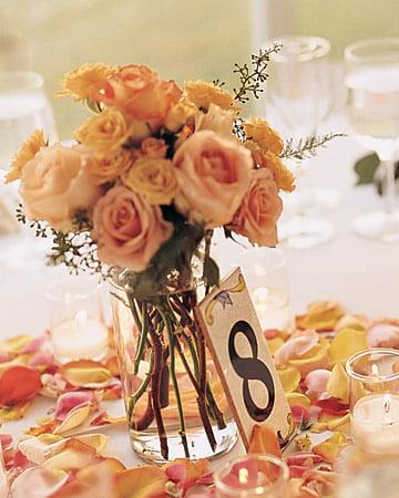 Numerotarea meselor prin aranjamente florale Sursa foto: www.marthastewartweddings.com