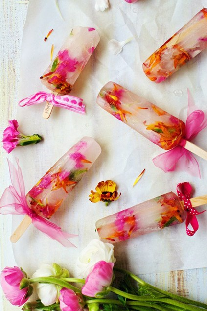 Popsicles cu flori comestibile Sursa foto: www.youandyourwedding.co.uk