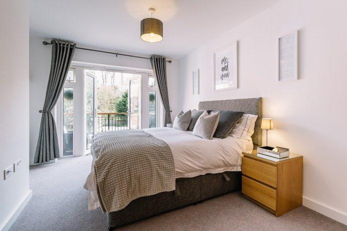 Sfaturi simple pentru a face ca dormitorul să pară mai mare și mai aerisit