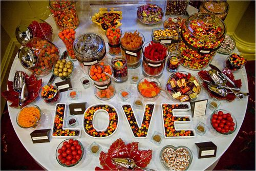 Bufet cu bomboane pentru nunta Foto: whiteorivory.wordpress.com
