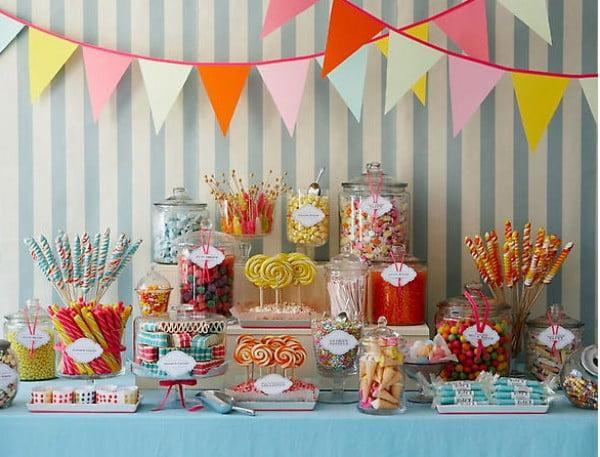 Un candy bar plin de culoare pentru o nunta vesela Foto: mikadoweddings.com
