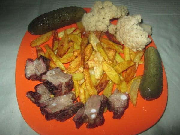 Friptura din piept de porc la cuptor cu garnitura de cartofi prajiti