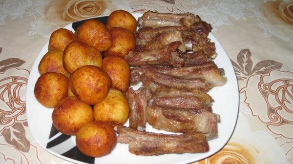 Retete - Crochete de cartofi cu costite de porc prajite