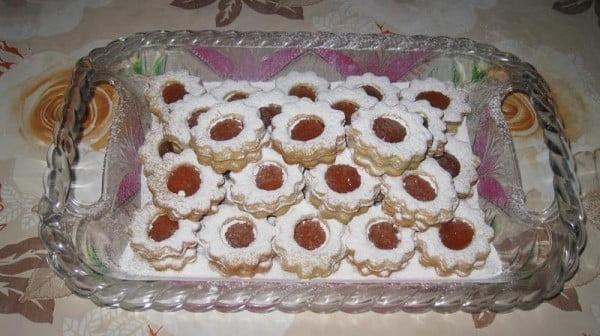 Retete - Biscuiti in forma de floricele, umpluti cu dulceata