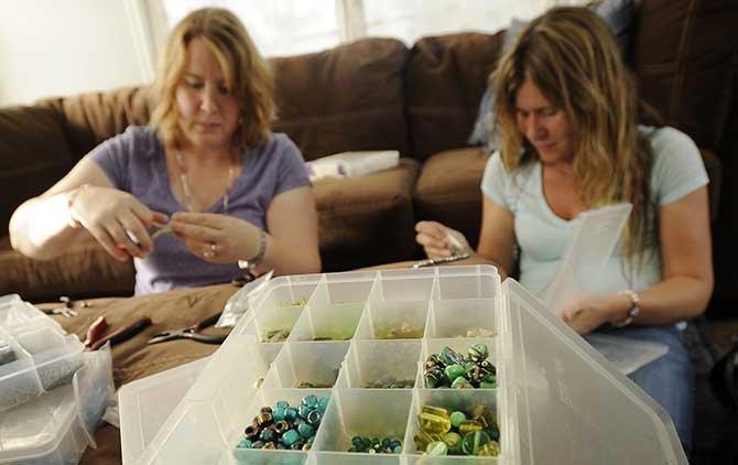 Bijuterii facute manual Foto: www.newstribune.com