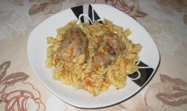 Carne de pui cu sos de legume si macaroane