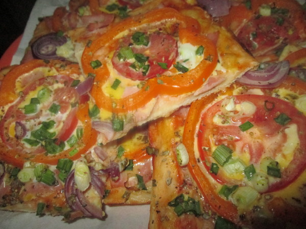 Pizza cu sunca si amestec de legume