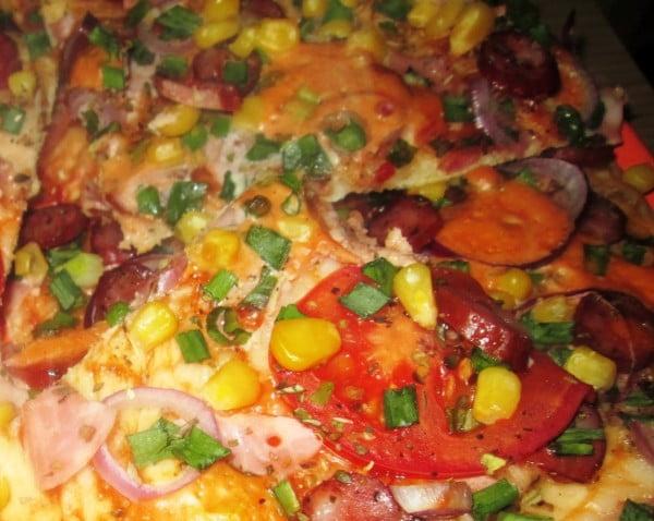 Pizza cu carnati oltenesti si legume