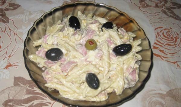 Salata de paste cu maioneza si sunca