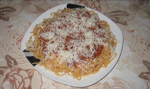 Spaghete cu carne si sos de bulion