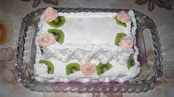 Tort cu kiwi, crema de budinca si frisca