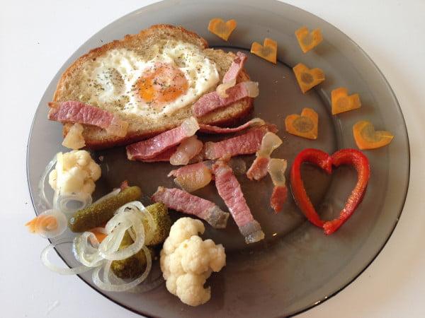 Mic dejun pentru Sfantul Valentin III - ochiuri in paine prajita: