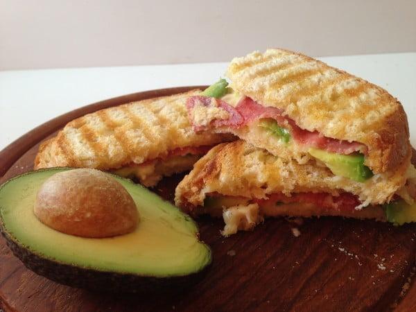 Sandwich cald cu mezeluri si avocado - un mic dejun rapid si gustos