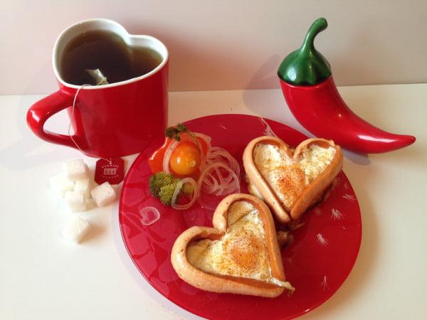 Mic dejun pentru Valentine`s day I - ochiuri in inima de crenvursti