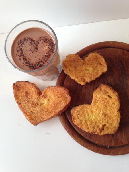Mic dejun pentru Ziua Indragostitilor IV - paine in forma de inima prajita in ou