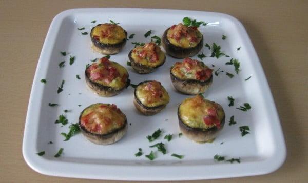 Ciuperci umplute cu salam, legume si parmezan