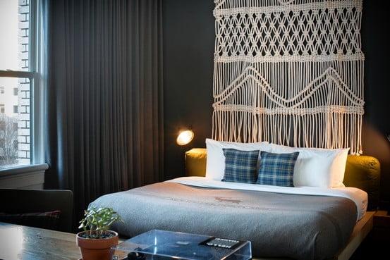 Trenduri in designul interior al anului 2014 - macrameul a luat locul tapetului Sursa foto: interiordesignerchat.com
