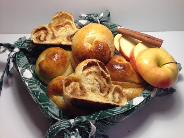 Briose rasucite in forma de melc, umplute cu mere