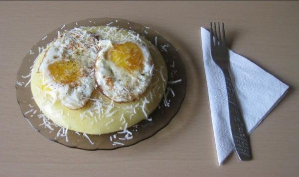 Mic dejun - mamaliga cu ochiuri de oua