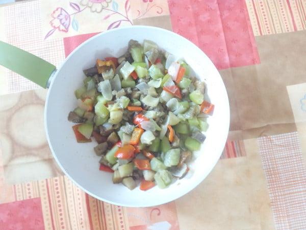 Mancare scazuta de legume cu vinete, ardei si dovlecel