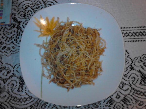 Spaghete cu carne de vita din conserva si bulion