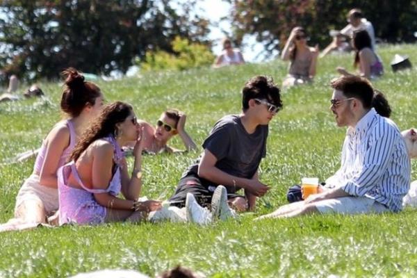 Persoane la picnic Foto: www.zimbio.com
