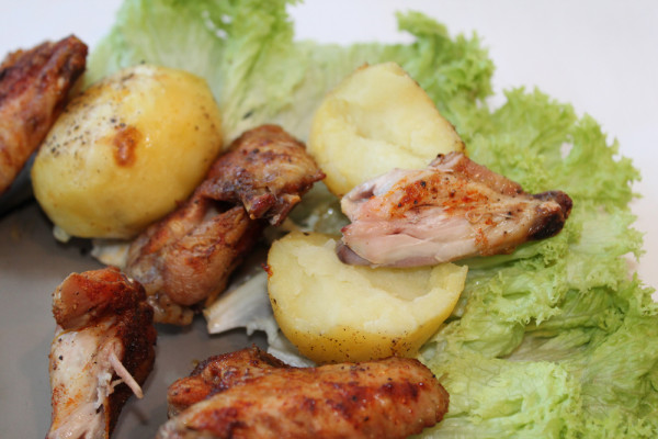 Aripioare crocante de pui cu cartofi pe grill