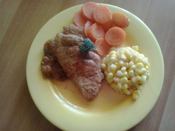 Cotlet de porc la tigaie cu salata de porumb dulce