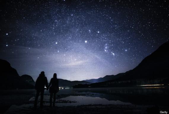 Cuplu priveste stele, foto huffingtonpost.com