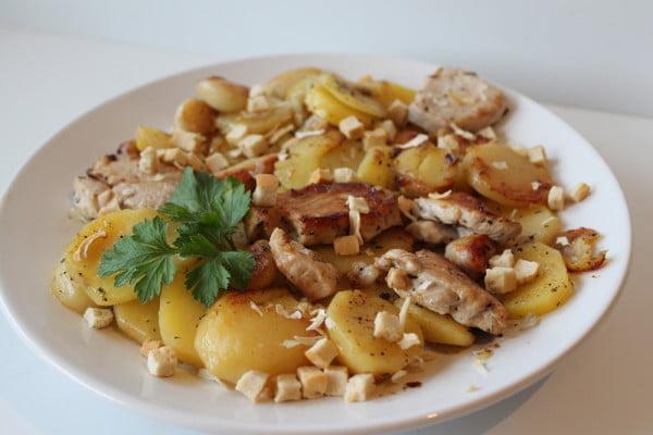 Piept de pui cu cartofi, usturoi si vin