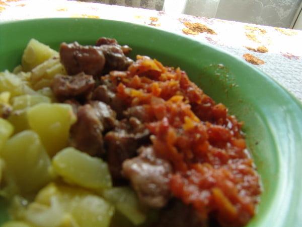 Dovlecel cu carne de porc si sos de rosii cu morcovi